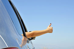 Junges Handgeste-O.K. mit dem Autofenster. Lizenzfreies Stockbild