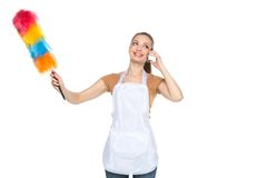 Junges Hausfraureinigungshaus auf weißem Hintergrund Stockfoto