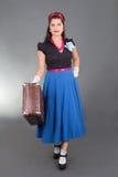 Junges hübsches Pinupmädchen mit Retro Koffer Lizenzfreies Stockfoto