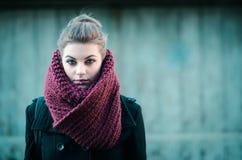 Junges Hippie-Mädchen, das mit Schal aufwirft Lizenzfreie Stockfotos