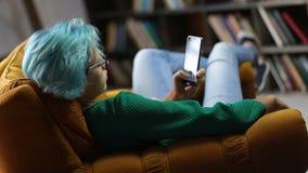 Junges Hippie-Mädchen, das modernes Smartphonegerät verwendet stock video