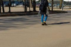 Junges Hippie-Mädchen in der Stadt stockfotos