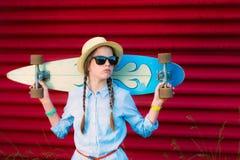 Junges Hippie-Mädchen mit Borten in der Sonnenbrille und im Strohhut Lizenzfreies Stockbild