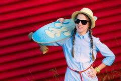 Junges Hippie-Mädchen mit Borten in der Sonnenbrille und im Strohhut Stockbilder