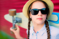 Junges Hippie-Mädchen mit Borten in der Sonnenbrille und im Strohhut Lizenzfreies Stockfoto