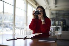 Junges Hippie-Mädchen vernarrt in Fotografieprüfungsarbeit Stockfotografie