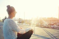 Junges Hippie-Mädchen, das Sonne und guten warmen Tag während ihrer Erholungszeit, Frau draußen sich entspannt nachdem dem Gehen  Lizenzfreie Stockfotografie