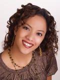 Junges hispanisches Frauenportrait mit großem Lächeln Lizenzfreies Stockbild
