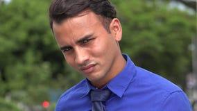 Junges hispanisches Geschäftsmann-Erdrosseln stock video
