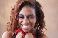 Junges hispanisches Lächeln der schwarzen Frau Stockfoto