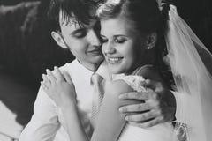 Junges Hochzeitspaarportrait lizenzfreies stockbild