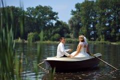 Junges Hochzeitspaarsegeln auf dem Boot Lizenzfreie Stockfotografie