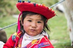 Junges Inkamädchen nahe Cuzco, Peru lizenzfreie stockfotografie