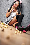 Junges japanisches Mädchen mit Lots Bonbons Lizenzfreie Stockbilder