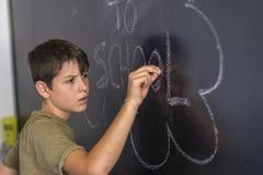 Junges jugendlich und Tafel mit Stockfoto