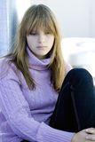 Junges Jugendlichmädchen, das mit deprimiertem Gesicht sitzt stockbilder