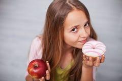 Junges Jugendlichmädchen, das zuckerhaltiges Lebensmittel sich sehnt lizenzfreie stockfotografie