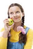 Junges Jugendlichmädchen mit Apfelstellung Lizenzfreies Stockfoto