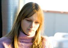 Junges Jugendlichmädchen mit denkendem Ausdruck Stockbild