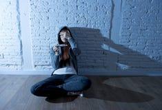 Junges Jugendlichmädchen oder junge Frau im Schock erschraken nach positivem Schwangerschaftstest Stockbilder