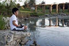 Junges Jungen-Fischen Stockfoto
