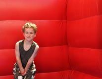 Junges Jungengefühl verletzt unter dem Gurt lizenzfreie stockfotografie