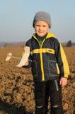 Junges Jungenholding-Flugzeugbaumuster Lizenzfreie Stockfotos