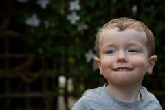 Junges Jungenlächeln stockbilder