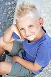 Junges Jungenlächeln lizenzfreie stockbilder