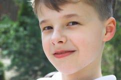 Junges Jungenportrait Stockfoto