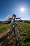 Junges Jungenradfahren Stockfotos