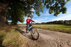 Junges Jungenradfahren Stockfoto