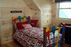 Junges Jungenschlafzimmer Stockfoto