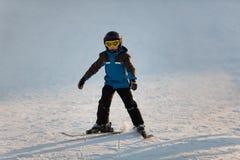 Junges Jungenskifahren Lizenzfreies Stockbild