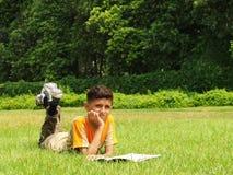 Junges Jungenstudieren   lizenzfreie stockfotos