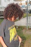 Junges Jungenumkippen Stockfoto