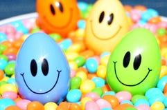 Junges Küken in Wanne, 2 malte Eier und Blumen Lizenzfreies Stockbild