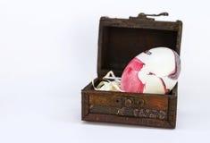 Junges Küken in Wanne, 2 malte Eier und Blumen Stockbild