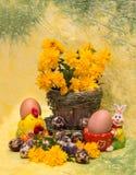 Junges Küken in Wanne, 2 malte Eier und Blumen Eier und Frühling blüht mit einer Zahl von chicke Stockbilder
