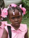 Junges katholisches Kindergartenschulmädchen wirft für Kamera im ländlichen Dorf auf stockfotografie