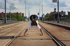 Junges Kerltanzen breakdance auf tramlines in der Stadt Lizenzfreies Stockfoto