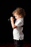 Junges Kind, das eine Kamera betrachtet, um ein Foto zu machen stockbilder