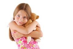 Junges Kind, das einen Teddybären umarmt Lizenzfreies Stockfoto