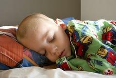 Junges Kind, das friedlich schläft Stockbild
