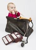 Kleinkind, das im Hebammenfall sitzt Lizenzfreies Stockfoto