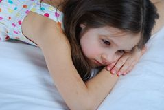 Junges Kind, Lügen wach in seinem Bett Lizenzfreies Stockfoto