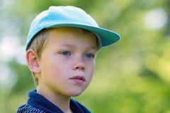 Junges Kind mit einer Schutzkappe stockbild