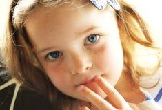 Junges Kind mit ernster Haltung Lizenzfreie Stockfotografie