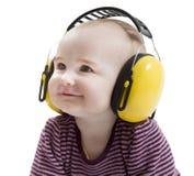 Kleinkind mit Gehörschützer Stockfotos