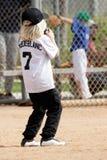 Junges kleines Mädchen, das Baseball spielt Stockbilder